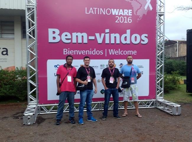 Grupo composto por professores e alunos participam da Latinoware 2016